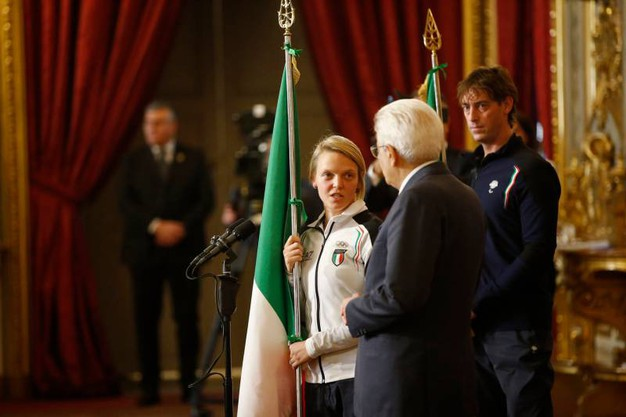 Il Presidente della Repubblica, Sergio Mattarella, ha consegnato la bandiera italiana ad  Arianna Fontana, in occasione della partenza per i Giochi Olimpici Invernale di PyeongChang 2018, in Corea del Sud.  (Foto LaPresse)
