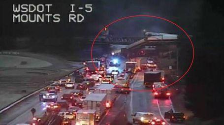 Seattle, treno deraglia e finisce sulla Interstate 5 (Ansa)