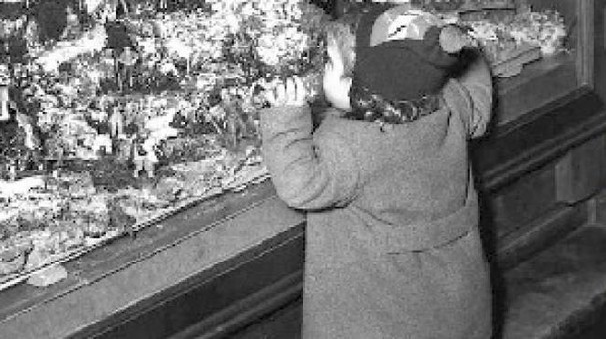Un bimbo guarda le vetrine