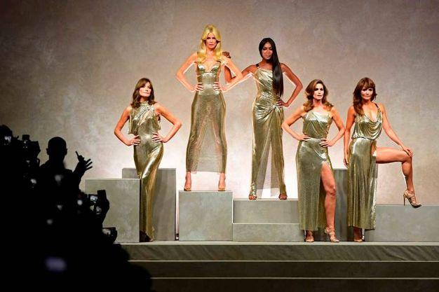 Carla Bruni, Claudia Schiffer, Naomi Campbell, Cindy Crawford ed Helena Christensen alla sfilata Versace a Milano a settembre scorso (Afp)