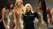La sfilata Versace a Milano lo scorso settembre (Ansa)