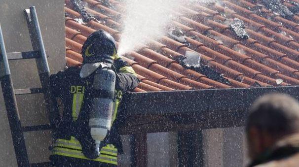 Provvidenziale l'intervento dei vigili del fuoco ieri nel complesso di via San Gottardo  (foto d'archivio)