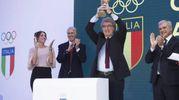 Dino Zoff alza il trofeo del Mundial '82 (Ansa)