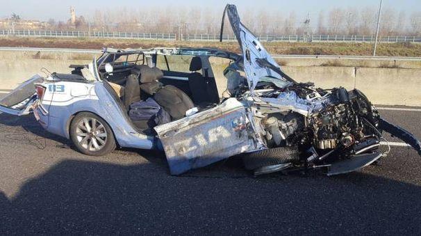L'auto della polizia stradale distrutta nell'impatto