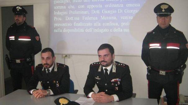 Da sinistra il sottotenente Matteo Alessandrelli e il capitano Francesco Esposito illustrano l'operazione
