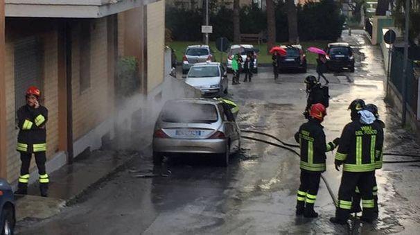 Le operazioni di spegnimento dell'auto incendiata
