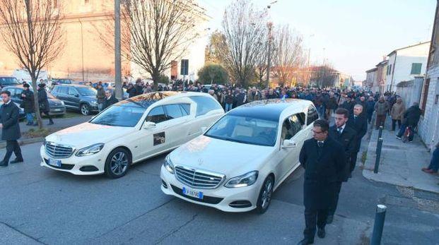 Folla per l'addio ai due fratellini, Kim e Lorenzo, uccisi dalla madre