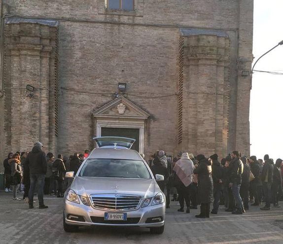 Una folla commossa al funerale di Samuele Cascone (foto De Marco)