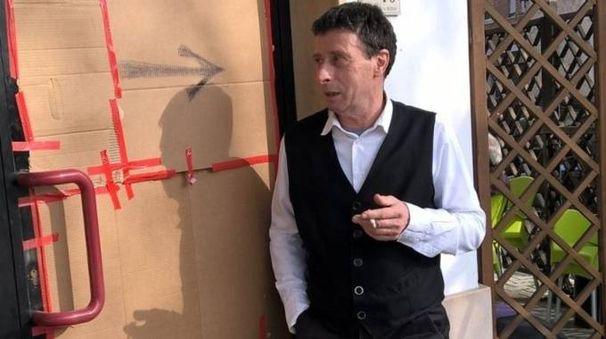 Francesco Canala davanti alla vetrina sfondata dai ladri