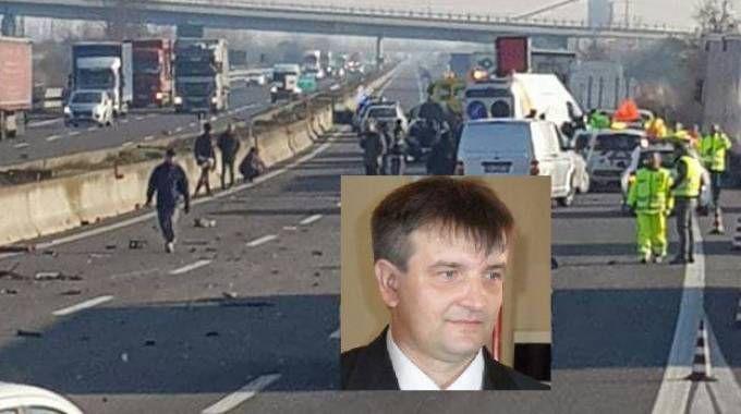 I soccorsi sulla carreggiata dell'Autosole, nel riquadro la vittima Giuseppe Beolchi