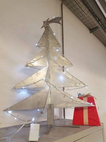 L'albero d'alluminio nell'officina della pasticceria Leonardo Sammontana a Vinci