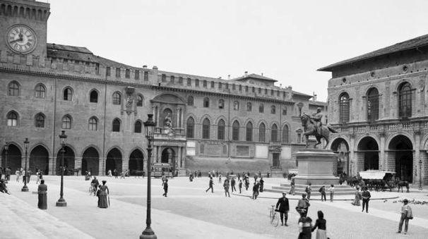 Piazza Maggiore a fine Ottocento, all'epoca Piazza Vittorio Emanuele - Foto Studio Camera