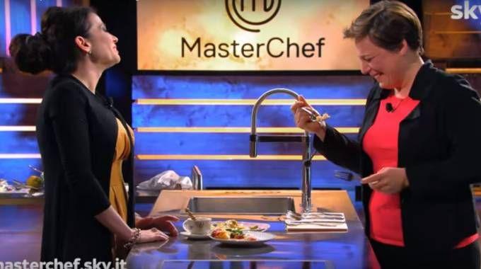 MasterChef 7, Antonia Klugmann assaggia il piatto di Manuela Costantini (frame da YouTube)