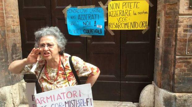 Giovanna Mazzoni durante una manifestazione dei risparmiatori azzerati di Carife