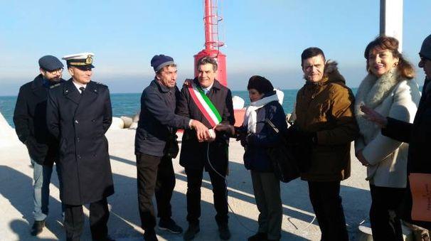 Il momento in cui il sindaco Massimo Seri ha fatto suonare la sirena del porto