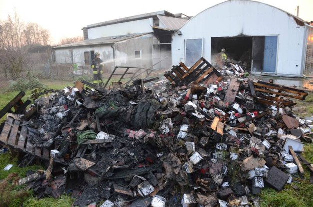 Tutto il materiale all'interno è andato distrutto (Foto Donzelli)