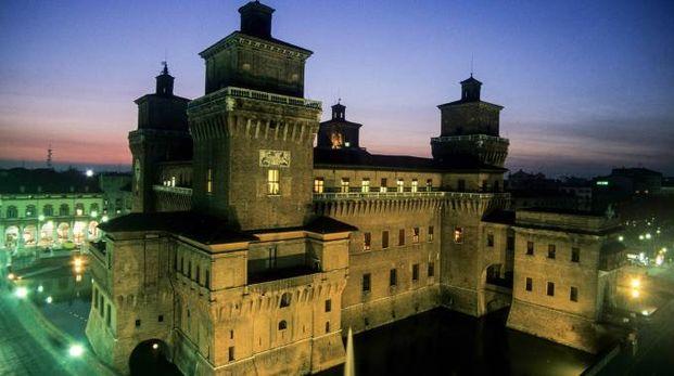 ATMOSFERA Il Castello estense offre tante iniziative per chi trascorrerà le feste in città