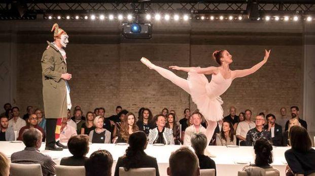 L'artista russo Vadim Zakharov con la performance 'Tunguska Event, History Marches on a Table' ideata per il centenario della Rivoluzione russa.