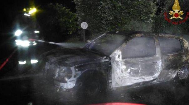 Una delle auto distrutte nell'incendio