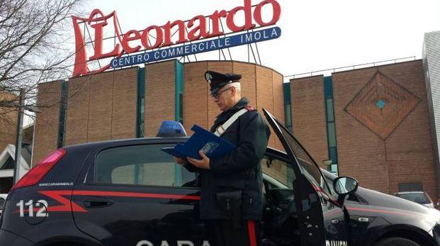 I carabinieri davanti al centro Leonardo