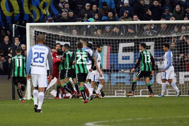 I giocatori del Sassuolo festeggiano Consigli per il rigore parato (Ansa)