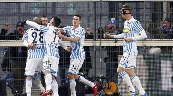 Spal, Antenucci festeggiato dai compagni dopo il gol del 2-2 (Ansa)