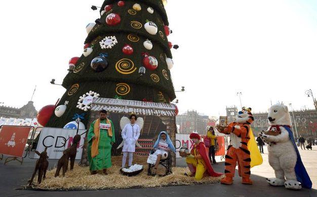 Protesta natalizia contro lo spreco di cibo a Mexico City (Afp)