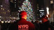 Controlli di polizia vicino all'albero del Rockefeller Center di New York (Afp)