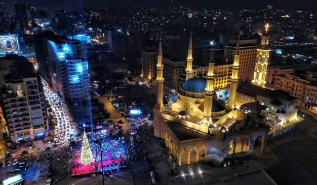 Beirut, l'albero vicino alla moschea (Afp)