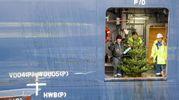 Mini-albero di Natale su una nave cargo nel porto di Amburgo (Afp)