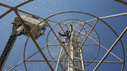 L'installazione di un gigantesco albero di Natale (finto) a Baghdad (Afp)