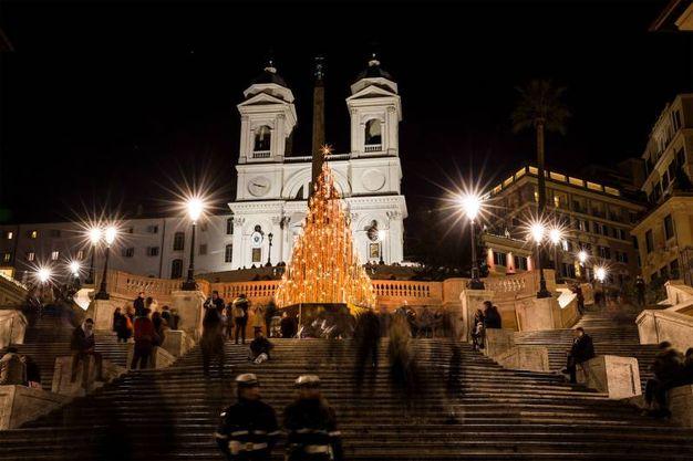 Albero stilizzato a piazza di Spagna (Lapresse)