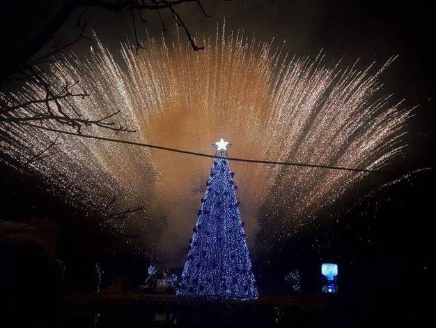Albero con fuochi d'artificio a Yammoune, in Libano (Afp)
