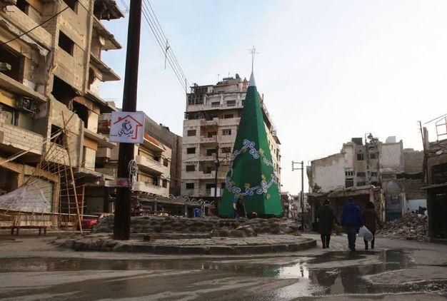 Albero metallico per i fedeli di Homs, in Siria (Afp)