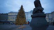 L'albero accanto alla statua di Dostoyevsky a Mosca (Ansa)