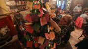 Un albero stracarico di biglietti (Afp)