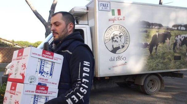 Festività ricche solo di incertezze per i lavoratori della Fattoria In foto il sindaco Cavarra e un operaio che porta le buste di latte di Marinella