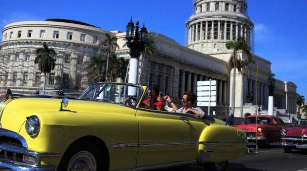 Un'auto americana d'annata in strada all'Avana