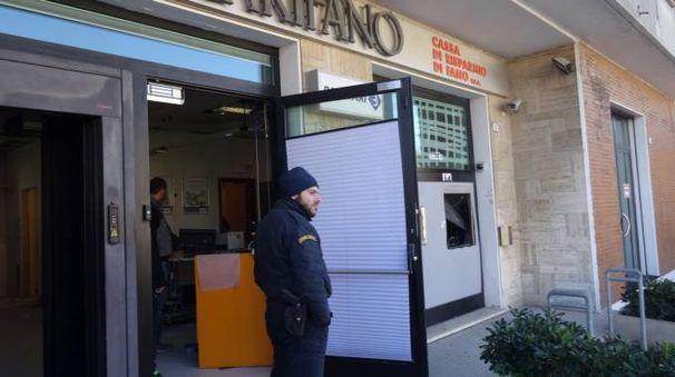 Il bancomat fatto saltare durante un assalto con il gas (Foto Derrico)