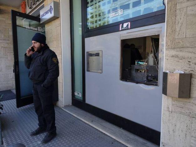 I ladri l'altra notte hanno assaltato il bancomat con il gas (Foto Derrico)