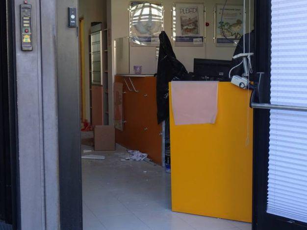 Gli interni della banca (Foto Derrico)