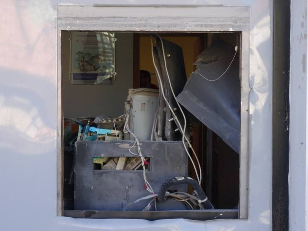Il bancomat fatto saltare dai ladri (Foto Derrico)