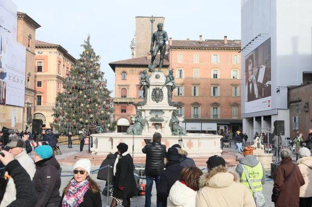 Tanti i bolognesi che si affollano per una foto (foto Schicch)