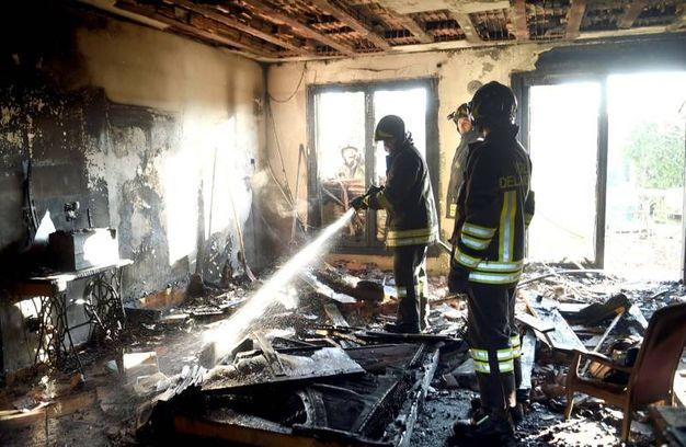 L'intervento dei vigili del fuoco (Foto Businesspress)