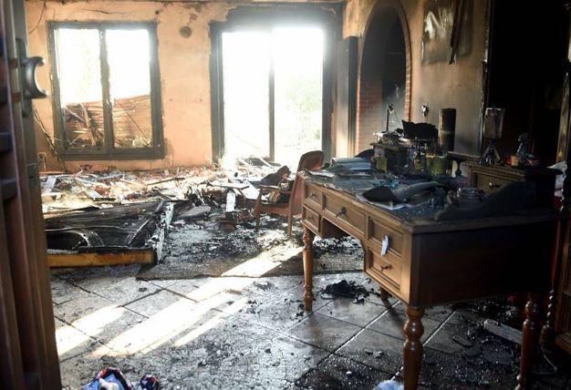 L'interno della casa dopo l'incendio (Foto Businesspress)