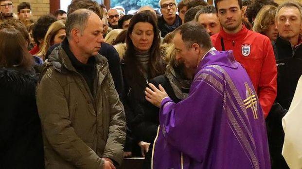 Il funerale di Matteo Ghiselli, nella chiesa di Cattabrighe (Foto Fotoprint)