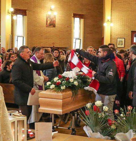 In tantissimi hanno affollato la chiesa per l'ultimo saluto al giovane calciatore (Foto Fotoprint)