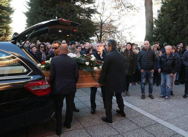 All'uscita della bara dalla chiesa c'è stato un applauso commosso da parte di parenti e amici (Foto Fotoprint)