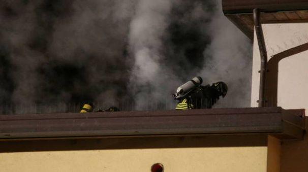 I vigili del fuoco al lavoro per spegnere l'incendio a Piavola (Foto Ravaglia)