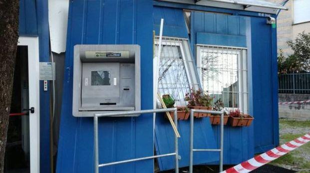 Il bancomat fatto saltare a Caldarola la notte di Natale (Foto Gentili)